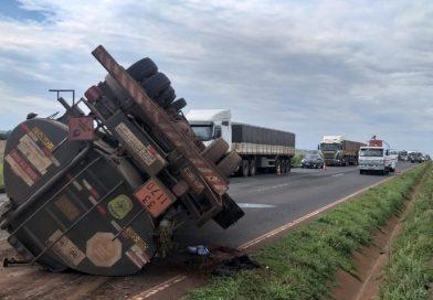 Caminhão com etanol tomba na BR-153 próxima a Centralina