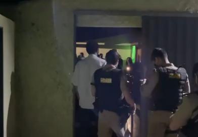 """Em vídeo: PM fecha """"Arraiá dos Clandestinos"""" em Frutal"""