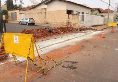 Prefeitura de Frutal constrói passagens de água (valetas) na cidade