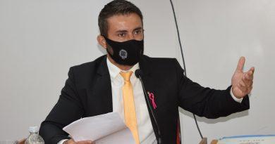 Vereador Jhonathan reivindica canaleta e tapa buraco na Avenida Goiás